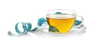 красивейшая потеря принципиальной схемы живота над женщиной веса белой Изолированные чашка чаю и измеряя лента стоковые изображения rf