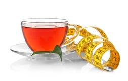красивейшая потеря принципиальной схемы живота над женщиной веса белой Изолированные чашка чаю и измеряя лента стоковое изображение rf