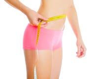 красивейшая потеря принципиальной схемы живота над женщиной веса белой стоковое фото rf