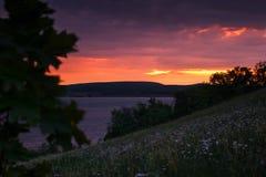 красивейшая природа ландшафта Заход солнца на реке на сумраке Стоковая Фотография RF