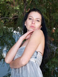 красивейшая пуща платья представляя женщину Стоковая Фотография