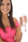 красивейшая разлитая по бутылкам вода вертикали девушки Стоковая Фотография