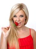 Красивейшая сексуальная белокурая девушка с красной клубникой стоковые фото