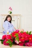 Красивейшая середина постарела супоросая женщина Стоковые Фотографии RF