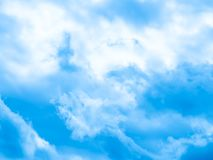 красивейшая синь заволакивает белизна неба стоковое изображение