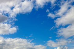 красивейшая синь заволакивает белизна неба Стоковая Фотография