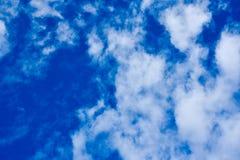 красивейшая синь заволакивает белизна неба Стоковые Фотографии RF