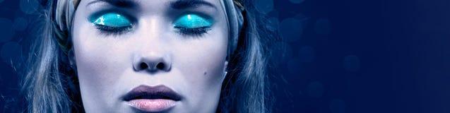 красивейшая синь составляет детенышей женщины Изолировано на сини стоковое фото rf