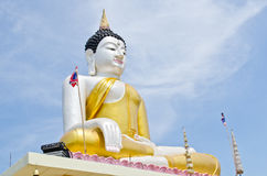 Красивейшая статуя Будды с голубым небом Стоковые Фото