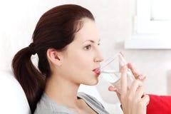 красивейшая стеклянная женщина воды удерживания Стоковые Фото
