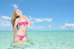 Красивейшая стойка женщины в тропическом море Стоковые Фото