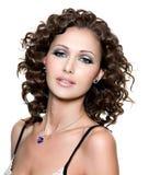 Красивейшая сторона молодой женщины с курчавыми волосами Стоковое Изображение RF