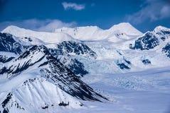 Красивейшая страна чудес зимы в аляскских горах Стоковые Изображения