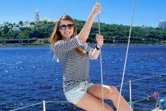 красивейшая студия матроса изображения девушки Плавание женщины на яхте Стоковое Изображение RF