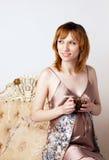 Красивейшая супоросая молодая женщина с чашкой Стоковые Изображения RF