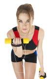 Красивейшая счастливая атлетическая девушка при гантели покрывая белизну Стоковые Фотографии RF