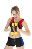 Красивейшая счастливая атлетическая девушка при гантели покрывая белизну. Стоковые Фотографии RF