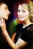 Красивейшая ся девушка fascinated человек стоковые изображения rf