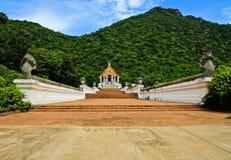 Красивейшая тайская церковь перед горой стоковая фотография rf