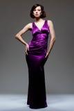 красивейшая темная модель платья над студией съемки стоковые изображения