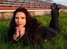 красивейшая трава кладя сь женщину Стоковые Изображения RF