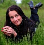 красивейшая трава кладя сь женщину Стоковая Фотография