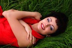 красивейшая трава кладя сь женщину Стоковое Фото