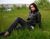 красивейшая трава кладя ся женщину Стоковые Фото