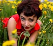 красивейшая трава кладя ся женщину Стоковые Изображения
