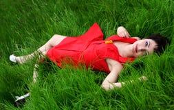 красивейшая трава кладя ся женщину Стоковые Фотографии RF