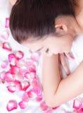 Красивейшая усмешка женщины получая массаж Стоковая Фотография