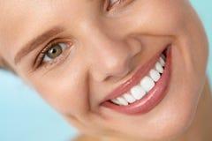 красивейшая усмешка Усмехаясь сторона женщины с белыми зубами, полными губами стоковые фото