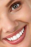 красивейшая усмешка Усмехаясь сторона женщины с белыми зубами, полными губами Стоковое Изображение