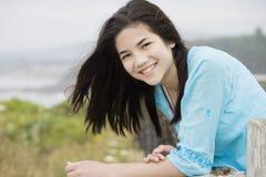 красивейшая усмешка preteen oc девушки стоковые фото