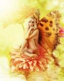 Фе с крылами на цветке Стоковые Фото