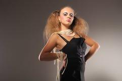 красивейшая черная девушка платья pearls самолюбивое Стоковые Изображения