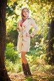 Красивейшая шикарная женщина в парке осени Стоковые Фотографии RF