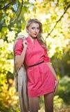 Красивейшая шикарная женщина в парке осени Стоковое Изображение