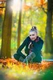 Красивейшая шикарная женщина в парке осени Стоковое Изображение RF