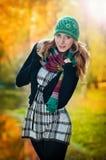 Красивейшая шикарная женщина в парке осени Стоковая Фотография RF