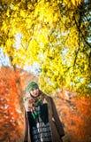Красивейшая шикарная женщина в парке осени Стоковая Фотография