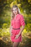 Красивейшая шикарная женщина в парке осени Стоковые Изображения