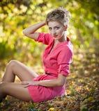 Красивейшая шикарная женщина с длинними ногами в парке осени Стоковое фото RF