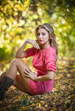 Красивейшая шикарная женщина с длинними ногами в парке осени Стоковые Фото