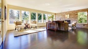 красивейшая яркая большая живущая самомоднейшая комната Стоковые Фотографии RF
