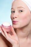 красивейшая cream женщина предложения увлажнителя опарника Стоковая Фотография RF