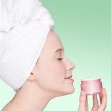 красивейшая cream женщина предложения увлажнителя опарника Стоковое Изображение RF