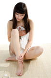 Красивейшая dark-haired женщина сидя на циновке стоковая фотография rf