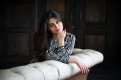 Красивейшая dark-haired молодая женщина стоковые фотографии rf