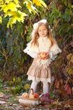 Красивейшая long-haired белокурая девушка с белыми яблоками стоковые фотографии rf